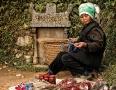 Diese Baeurin hat ihren Verkaufsstand am Grab ihres Mannes