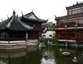 Der aus der Ming-Zeit stammende Yu-Garden ist in typischer chin. Gartenbaukunst gestaltet